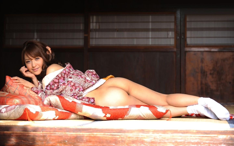 golaya-aziatka-v-kimono